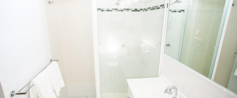 Queen Bathroom at High Street Motor Inn Stanthorpe